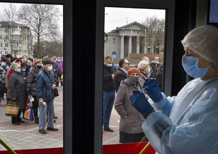 Por qué Rusia paga a sus ciudadanos para que se inyecten la vacuna Sputnik V