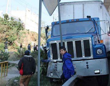 Tráiler arrastra a transporte público en Puebla; hay 17 lesionados