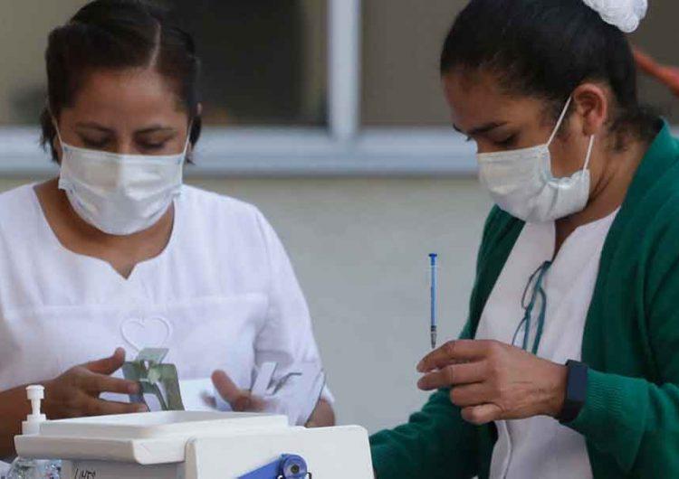 Vacunación de maestros poblanos en pausa