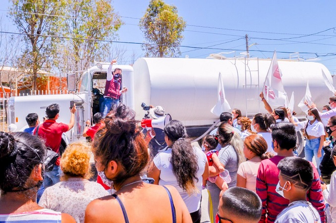 Con Pipa de la Esperanza, Arturo Ávila lleva agua potable a colonias de Aguascalientes