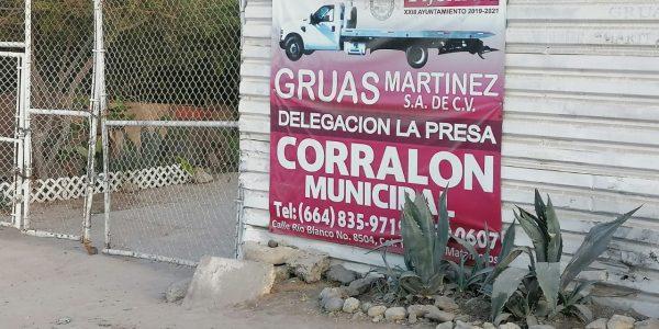 Concesionaria de grúas opera en predio invadido, municipio lo solapa
