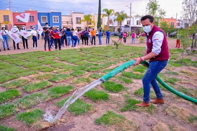 Instala Arturo Ávila áreas verdes en Fracc. Misión de Santa Lucía