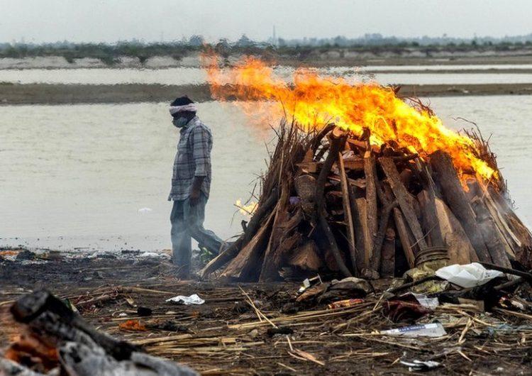 Coronavirus en India: a qué se debe que decenas de cadáveres aparezcan en el río Ganges