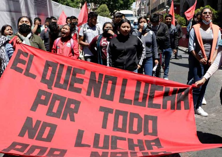Normalistas de Teteles se manifestan en Puebla; exigen justicia para compañeras