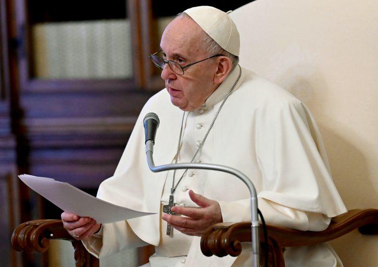El papa agradece a sacerdote jesuita por su labor con comunidades LGBTQ