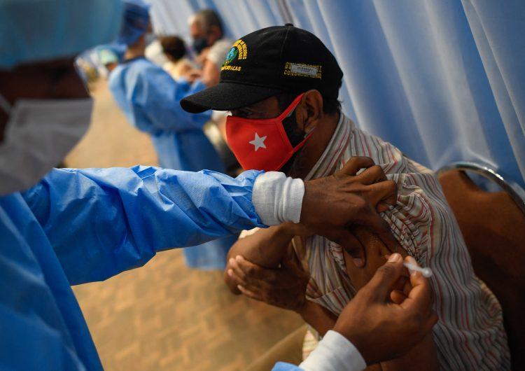 Venezuela queda fuera del reparto de vacunas de EU; 'miserables', acusa Maduro