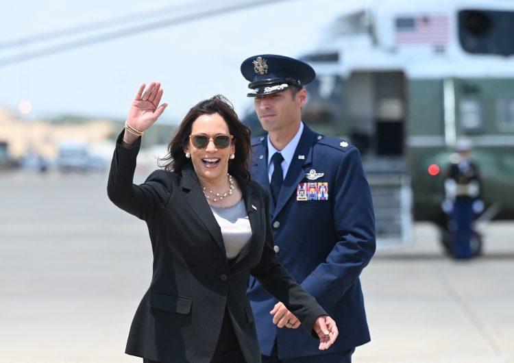 Avión de Kamala Harris regresa a aeropuerto de EU por problema técnico