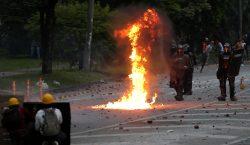 Colombia: nuevo choque entre policía y manifestantes deja un muerto;…