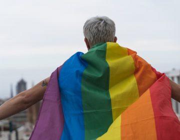 Hungría prohíbe 'promover' información sobre identidad trans y homosexualidad entre menores