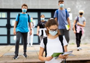 Covid-19: hospitalizaciones al alza alertan sobre la urgencia de vacunar a adolescentes