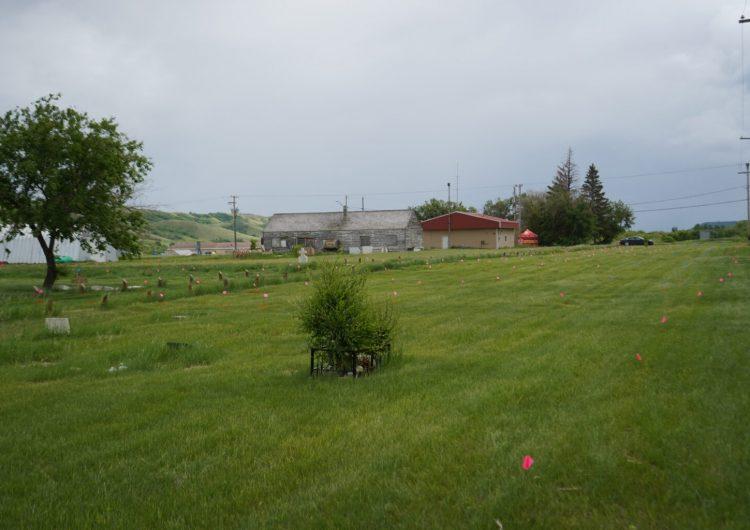 Hallan más de 750 tumbas cerca de antigua escuela indígena en Canadá