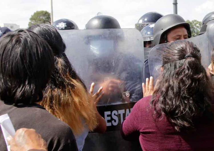 Forcejean granaderos y mujeres en la autopista a Atlixco