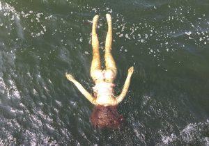 El cuerpo de una mujer ahogada en un río resulta ser una muñeca sexual