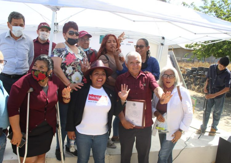 Recibe Héctor Mares constancia como diputado federal junto a vecinos