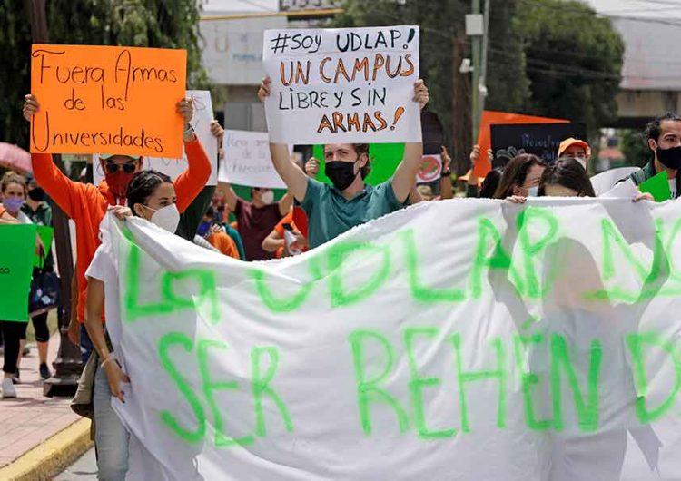 """""""Fuera armas, liberen a la UDLAP"""", claman estudiantes"""