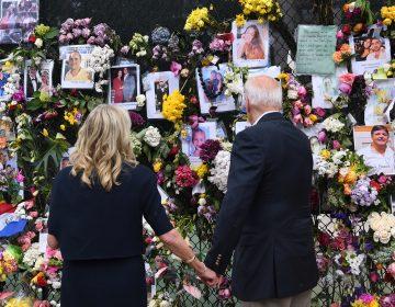 Biden consuela a familias de las víctimas del colapso de un edificio en Florida