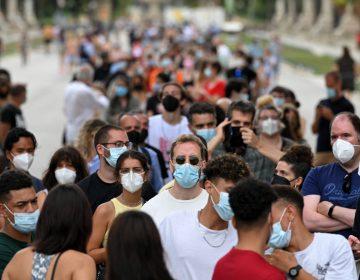 España analiza administrar tercera dosis de vacuna anticovid-19