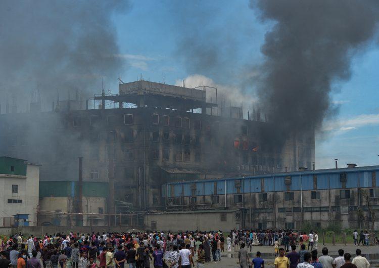 Incendio en fábrica de Bangladés deja 50 muertos; el fuego aún no ha sido controlado