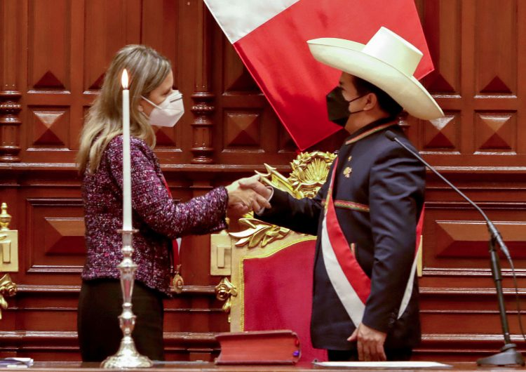 Perú: Castillo anuncia reforma a la Constitución como primera acción presidencial