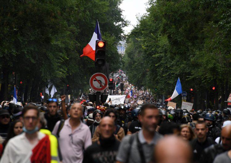 Franceses vuelven a manifestarse contra el pasaporte sanitario anticovid