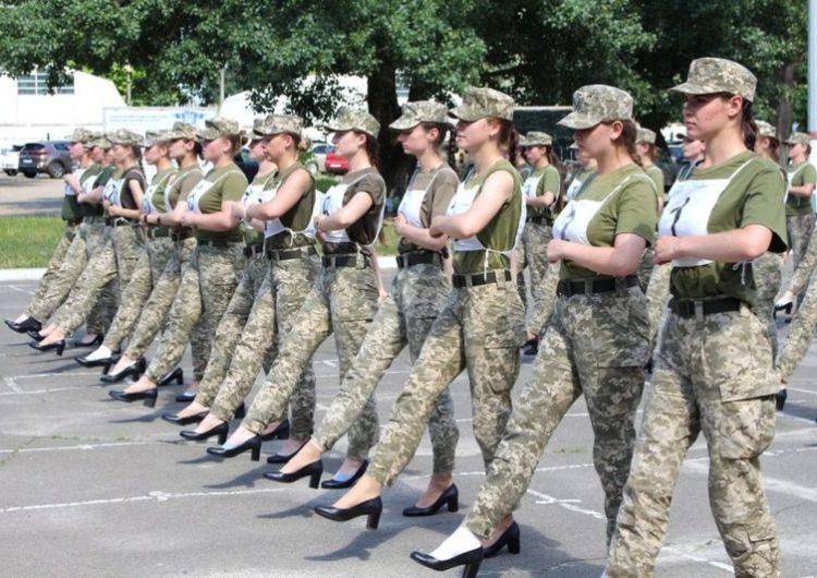 Ucrania anuncia controvertido plan para que las mujeres militares marchen con tacones