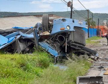 Volcadura de trailer deja dos personas muertas en Calvillo