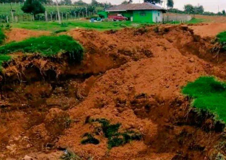 Socavón en Ahuazotepec se formó por la construcción de un pozo
