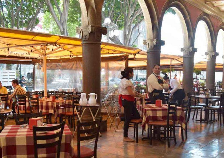Ante alza de contagios, Puebla reduce aforo al 30% en restaurantes, cines y plazas comerciales