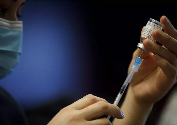 Adolescente recibe por error vacuna contra el covid-19 no aprobada para menores