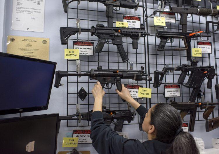 México demanda a fabricantes de armas en EU por comercialización 'negligente y tráfico ilícito'