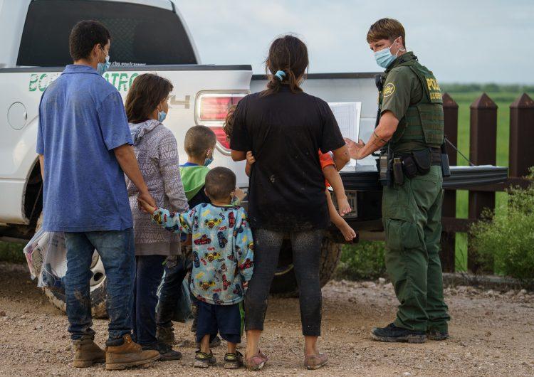 EU: organizaciones van a corte para poner fin a medida covid-19 que impide ingreso de migrantes