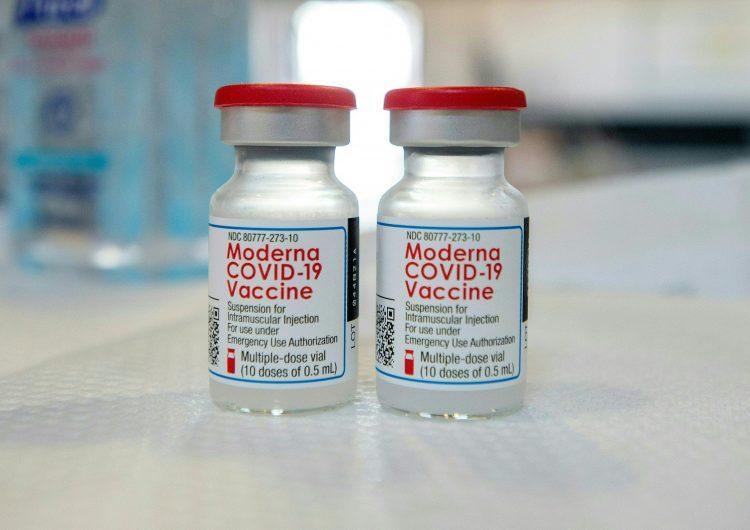 Covid-19: protección de las dos dosis de la vacuna Moderna dura seis meses