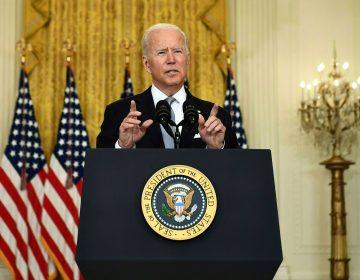 Pese a caos por los talibanes, Biden mantiene 'firmemente' su decisión de no tropas de EU en Afganistán
