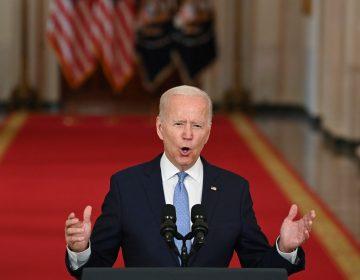 Salida fue un 'éxito extraordinario', asegura Biden tras abandonar a cientos de estadounidenses en Afganistán