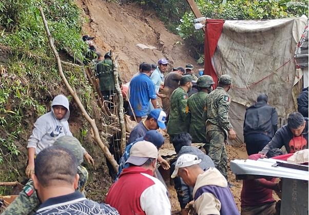 """Rescata Ejército Mexicano a menor tras deslave en Xalapa por paso de """"Grace"""""""
