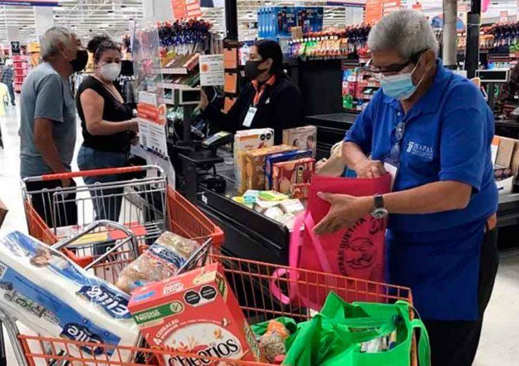 Abues poblanos regresaron a empacar a centros comerciales