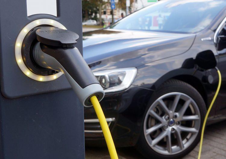 Biden ratifica cero emisiones del sector automotriz; empuja producción de autos eléctricos del 2 al 50 %