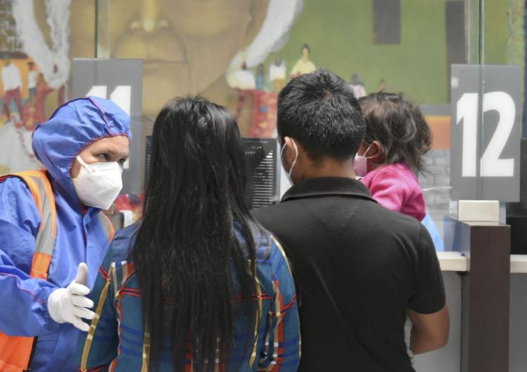 EU expulsa a 44 familias migrantes de Guatemala en cinco días vía exprés