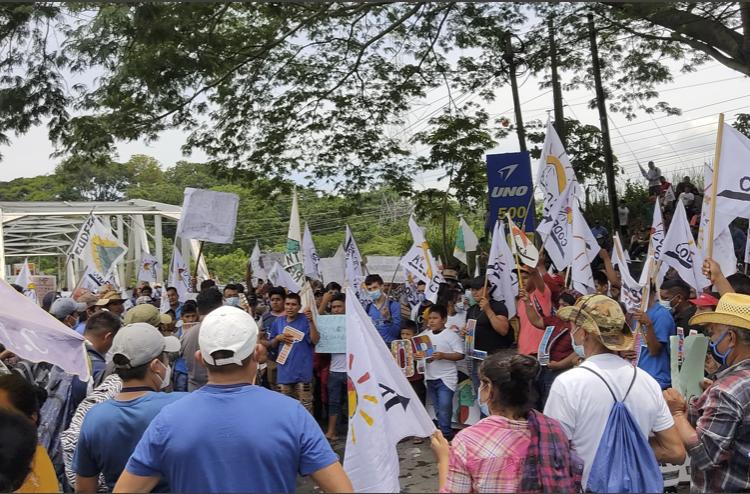 Guatemala: cientos de ciudadanos bloquean carreteras para exigir renuncia del presidente Giammattei
