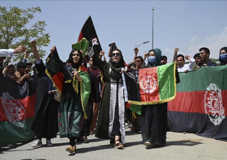 Afganistán: tras la toma del poder por los talibanes, el rostro de la mujer desaparece