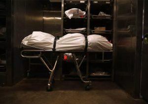 Estudiante de medicina huye de la clase de anatomía tras descubrir el cuerpo de su amigo en la plancha