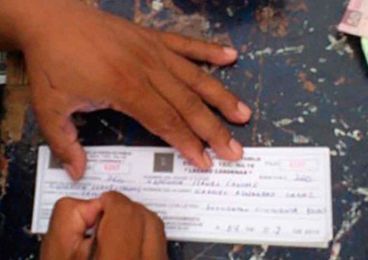 Maestros poblanos impedidos para cobrar cuotas escolares