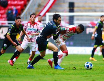 Con penal dudoso y repetido de último minuto, Chivas gana a Necaxa