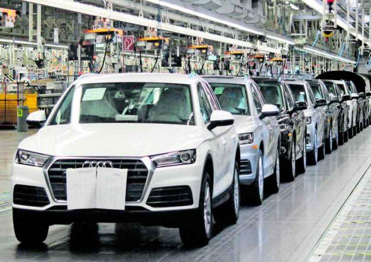 Trabajadores realizan paro de brazos caídos en Audi Puebla