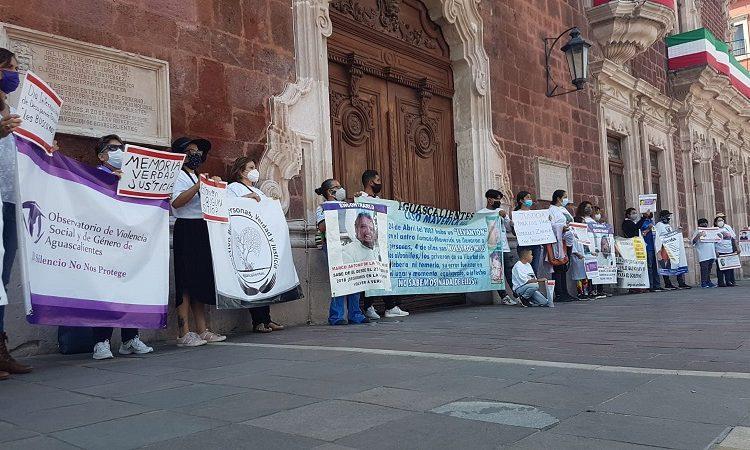 Ante puertas cerradas, familiares de desaparecidos claman justicia en Aguascalientes