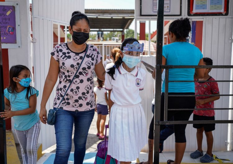 Reapertura de las escuelas facilitará la reinserción laboral de las mujeres: expertos