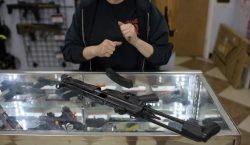 Corte de EU fija plazo para que empresas de armas…