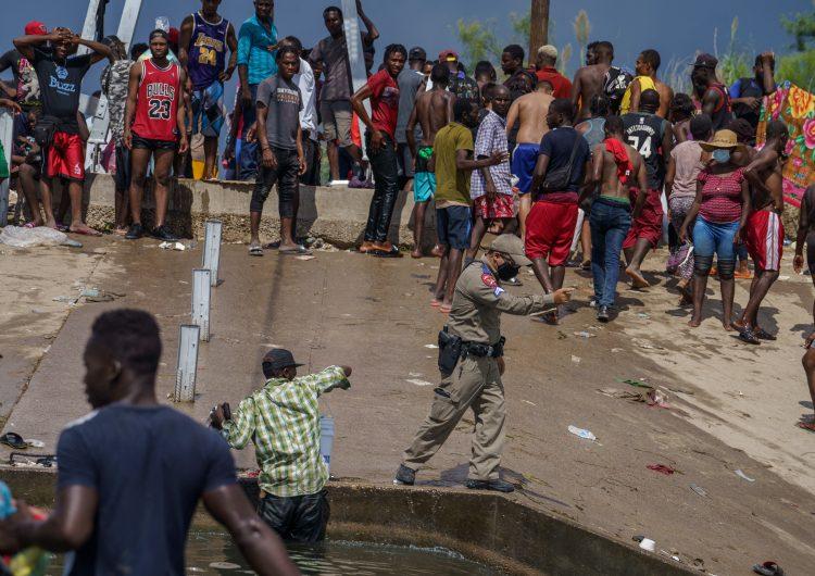 Jefe del Senado de EU exige a Biden frenar deportaciones de haitianos; 'uso de látigos, es inaceptable'