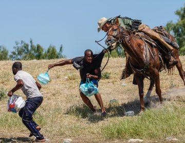 EU investiga maltrato de agentes montados a caballo contra migrantes; 'nuestras fronteras no están abiertas'