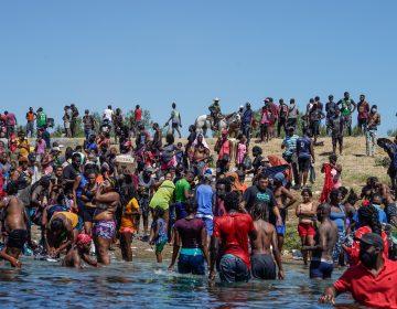 Texas cierra puentes internacionales ante la llegada de miles de haitianos; EU enviará 400 agentes más a la zona